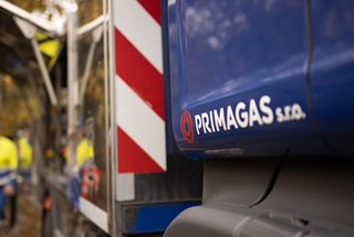 Autocisterna PRIMAGAS u zákazníka doplňuje zásobník čistým propanem.